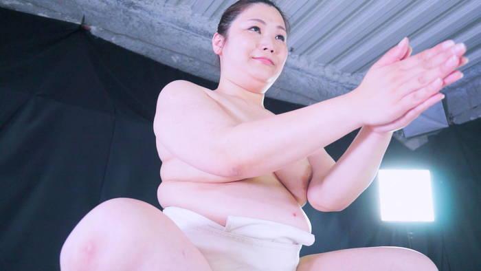 爆乳熟女三峰かずこがエロい女相撲で若い女子たちをブン投げるAV動画作品