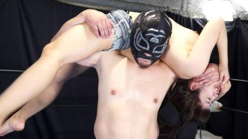 巨乳素人が私服でミックスファイトをしたら男性レスラーが暴走して巨乳レスラーの服を脱がせエロい格闘技へ変化させるエロキャットファイト