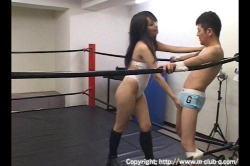 M男がマジで失神する巨乳美女が首絞めチョークスリーパーなどで絞め落とすM格闘のエロ動画